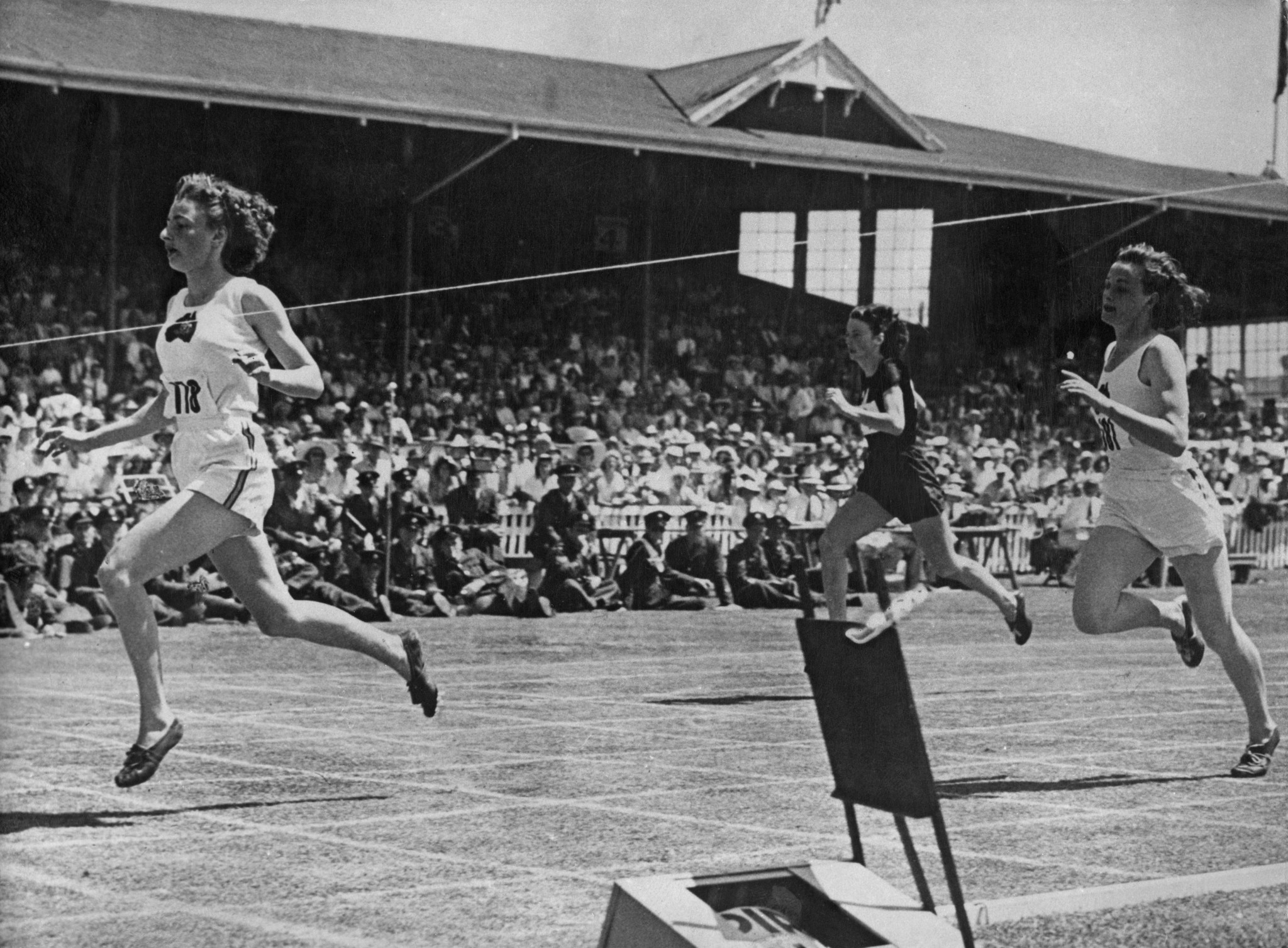 Marjorie Jackson-Nelson takes the tape first at the Auckland 1950 British Empire Games ©Getty Images