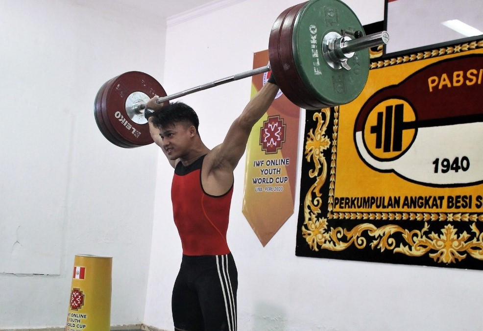Sensational Indonesian teenager takes weightlifting world records from US' Cummings