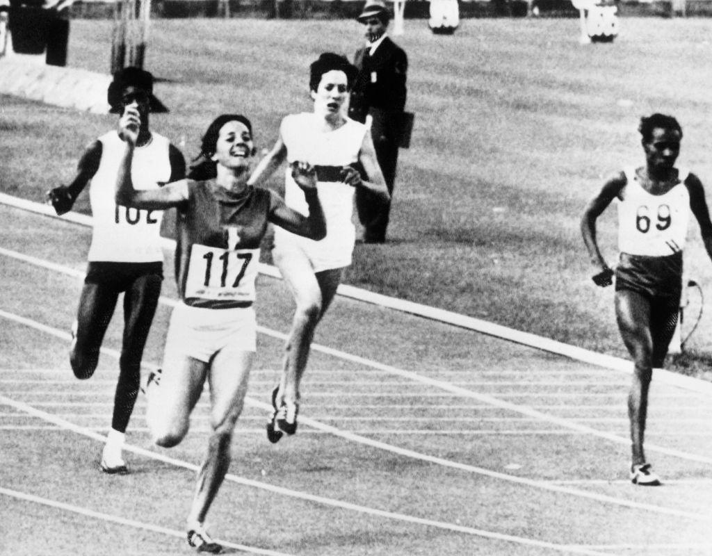Le Premier ministre français Jean Costex ouvre une nouvelle piste au Centre de Rome de Font, du nom de Colette Besson, championne olympique du 400 m en 1968 © Getty Images.