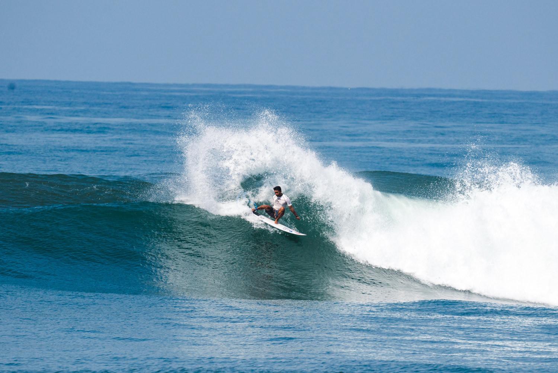 Ketut Agus Aditya Putra dari Indonesia lolos ke babak selanjutnya dari acara utama World Surfing Games © ISA / Pablo Jimenez