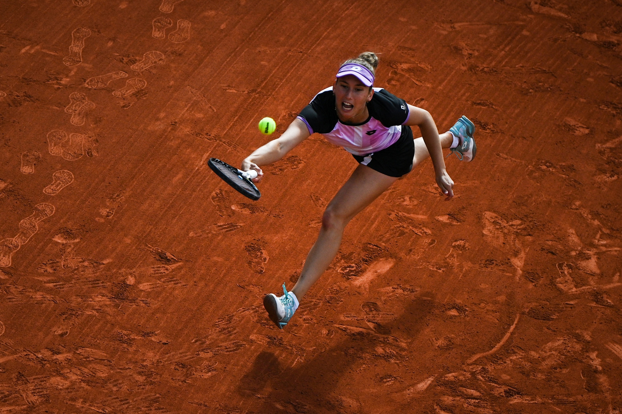 Elise Mertens reaches to retrieve the ball during her defeat to Maria Sakkari ©Getty Images