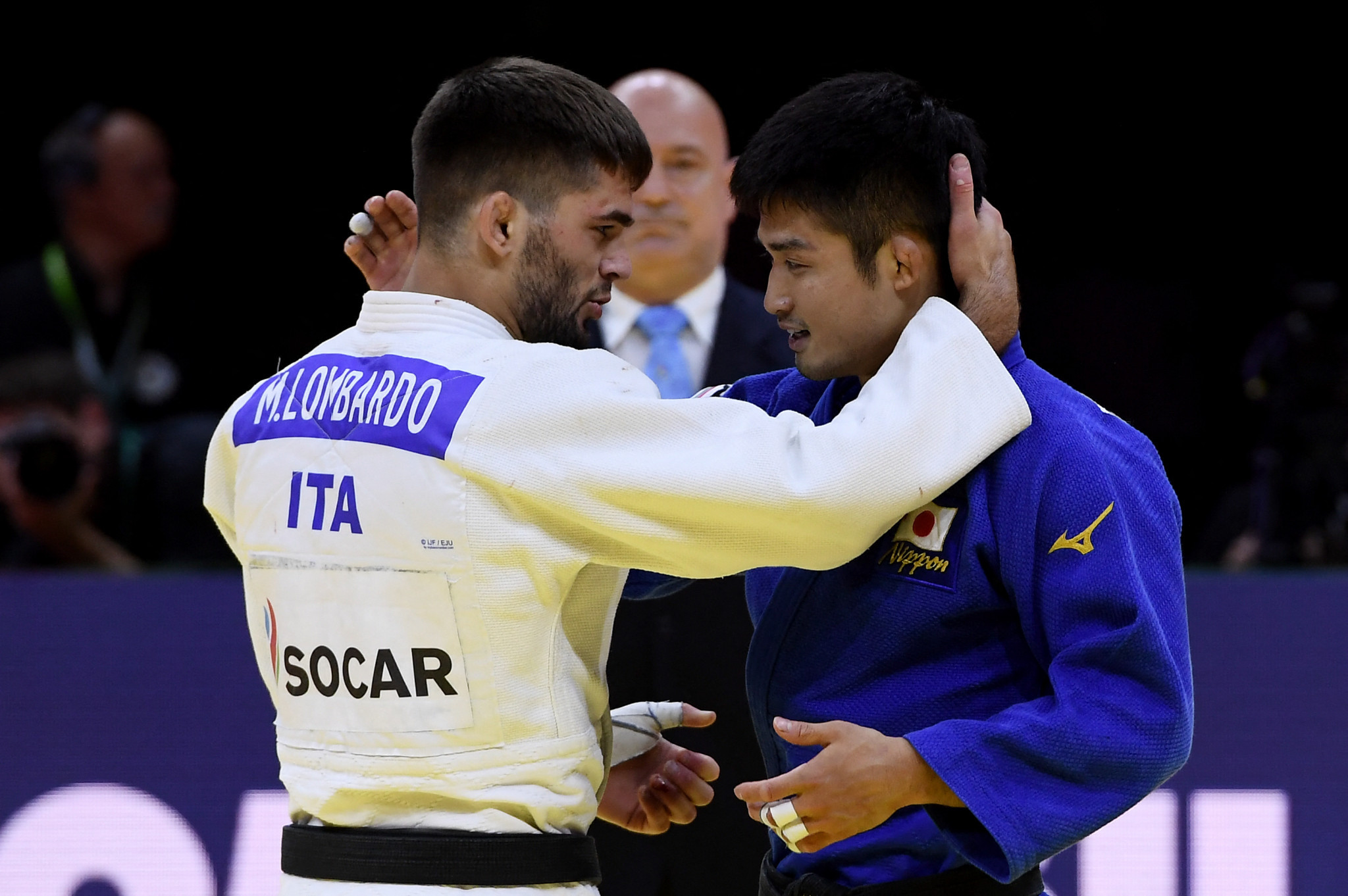 Manuel Lombardo congratulates Joshiro Maruyama for successfully defending the men's under-66kg crown ©Getty Images