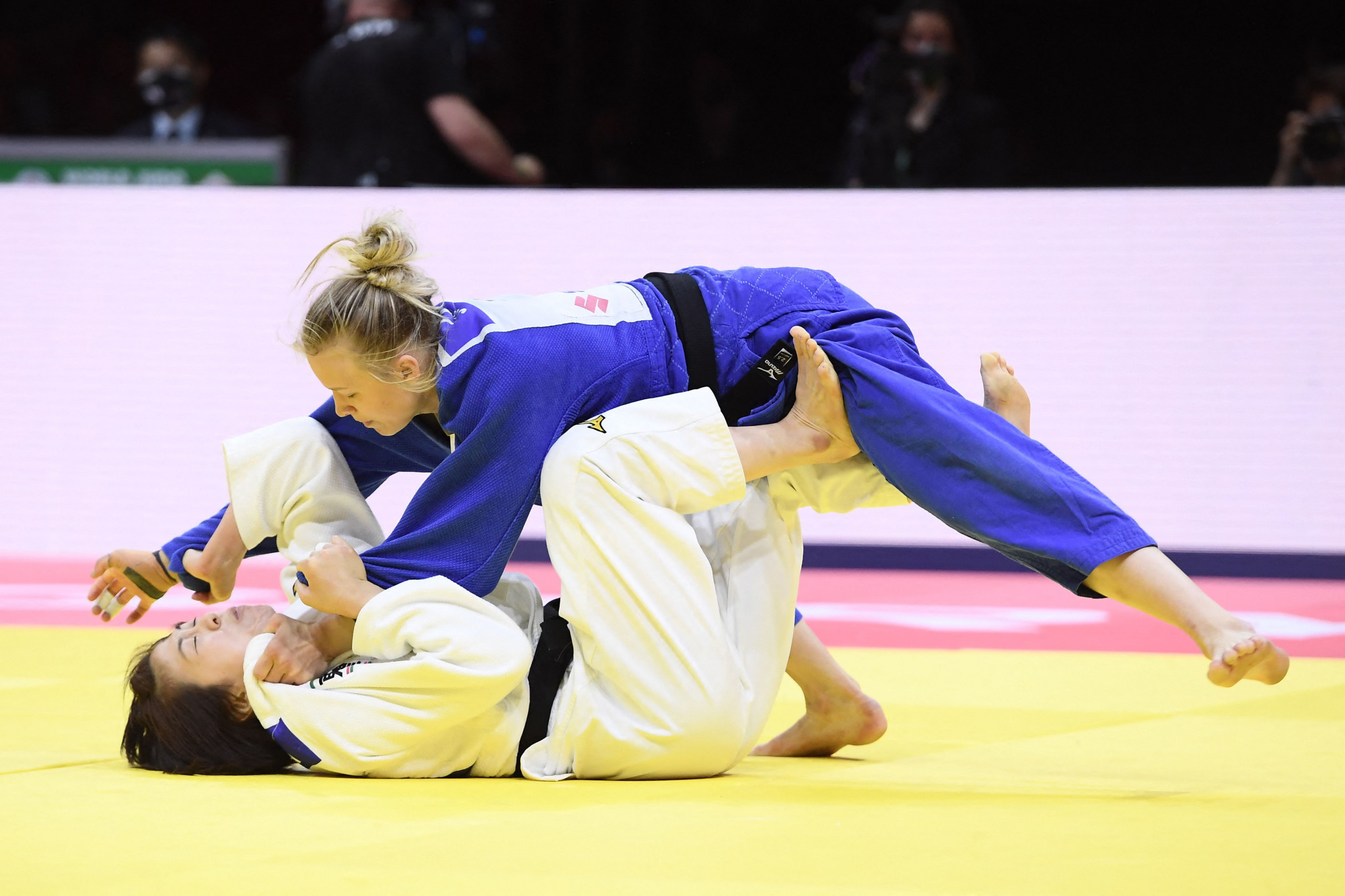 Jessica Klimkait takes control of her gold-medal bout against Momo Tamaoki ©Getty Images