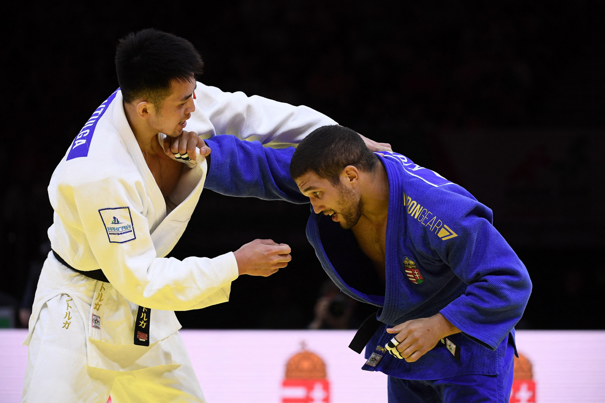 Krisztián Tóth, right, fights Mongolian giant Altanbagana Gantulga in the bronze-medal match ©Getty Images
