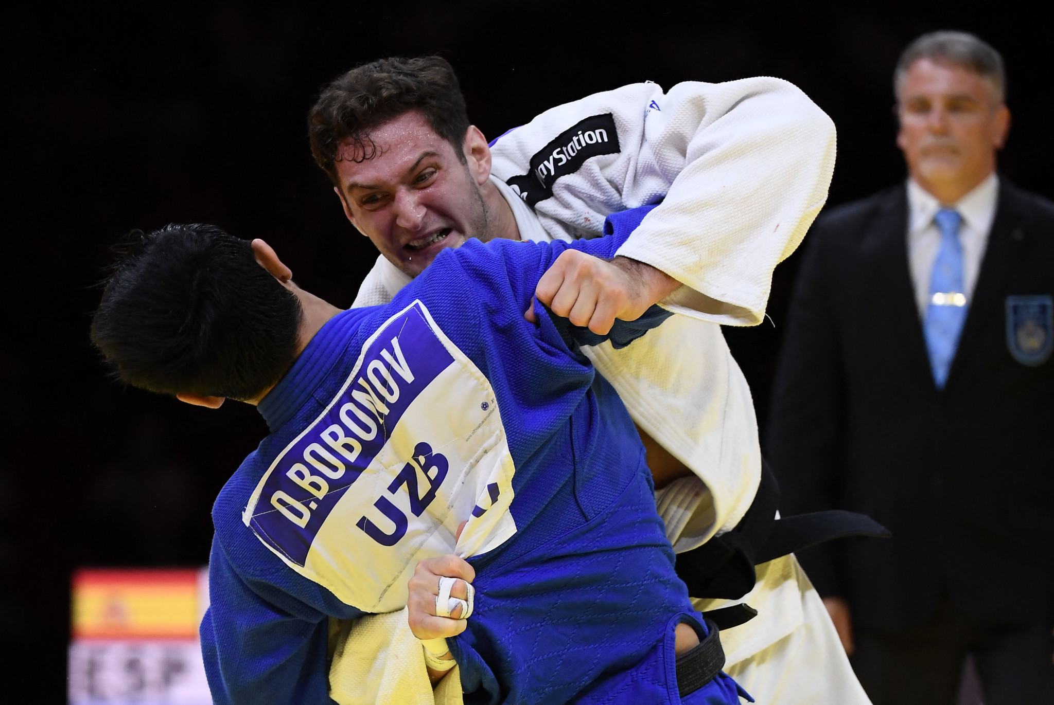 Sherazadishvili, in white, shows real aggression during his showdown with Bobonov ©Getty Images