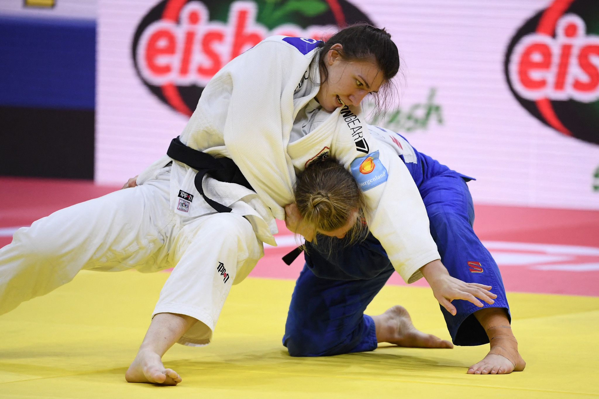 Austrian Michaela Polleres, in white, tries to pin Australia's Aoife Coughlan down in the quarter-finals ©Getty Images