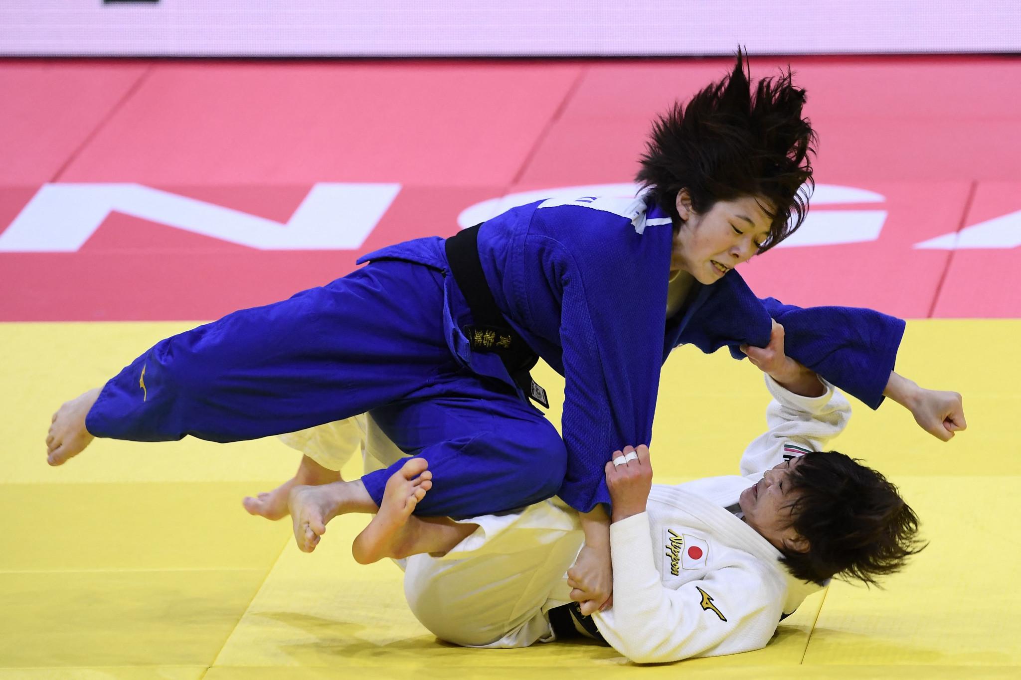 角田裕毅は白を着て、女子48kg級決勝で同胞の古賀若菜を破った©Getty Images