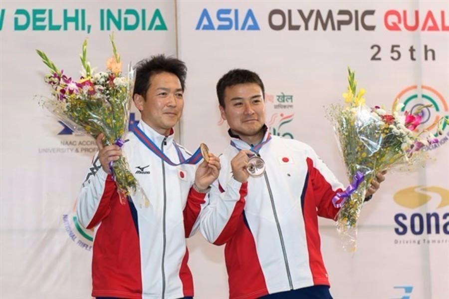 Teruyoshi Akiyama (left) claimed gold in the 25m rapid fire pistol event ©ISSF