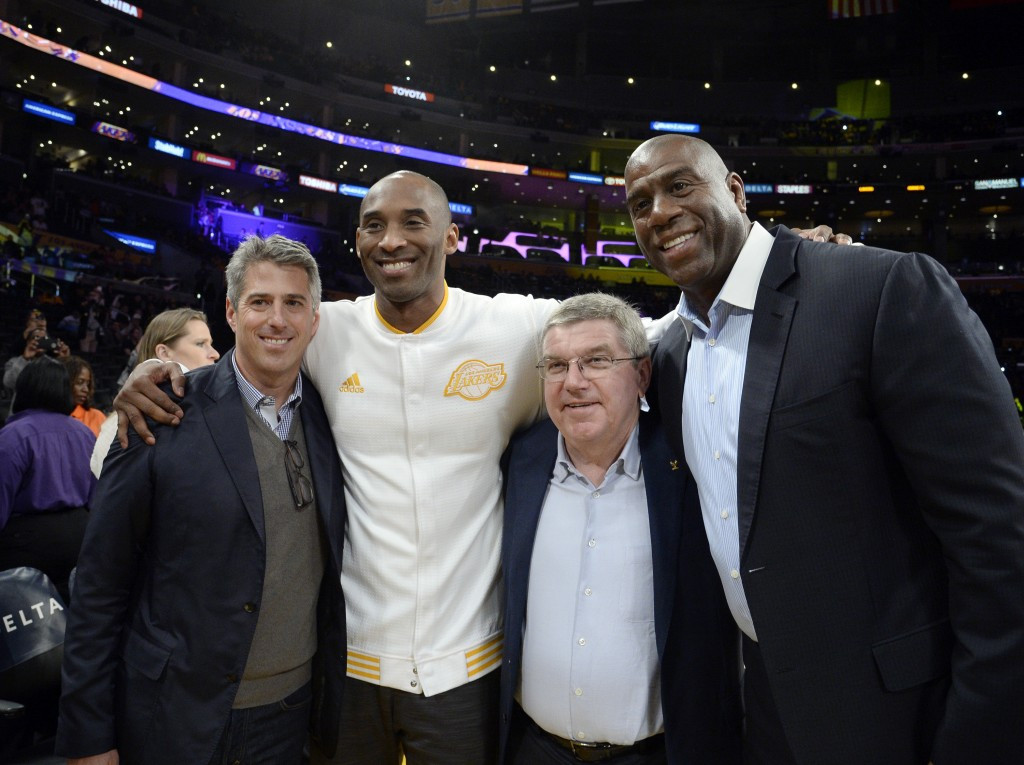 Thomas Bach met with basketball stars Kobe Bryant and Magic Johnson after a Los Angeles Lakers match ©Getty Images