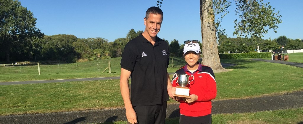 World number one Lydia Ko, pictured here with New Zealand Olympic team's Chef de Mission Rob Waddell, has become the first golfer to win New Zealand's Lonsdale Cup in its 54-year-history after receiving the award for 2015 ©NZOC