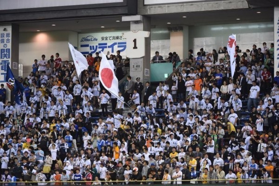 Japanese fans cheer on their team to third place at the inaugural Premier 12 ©Getty Images