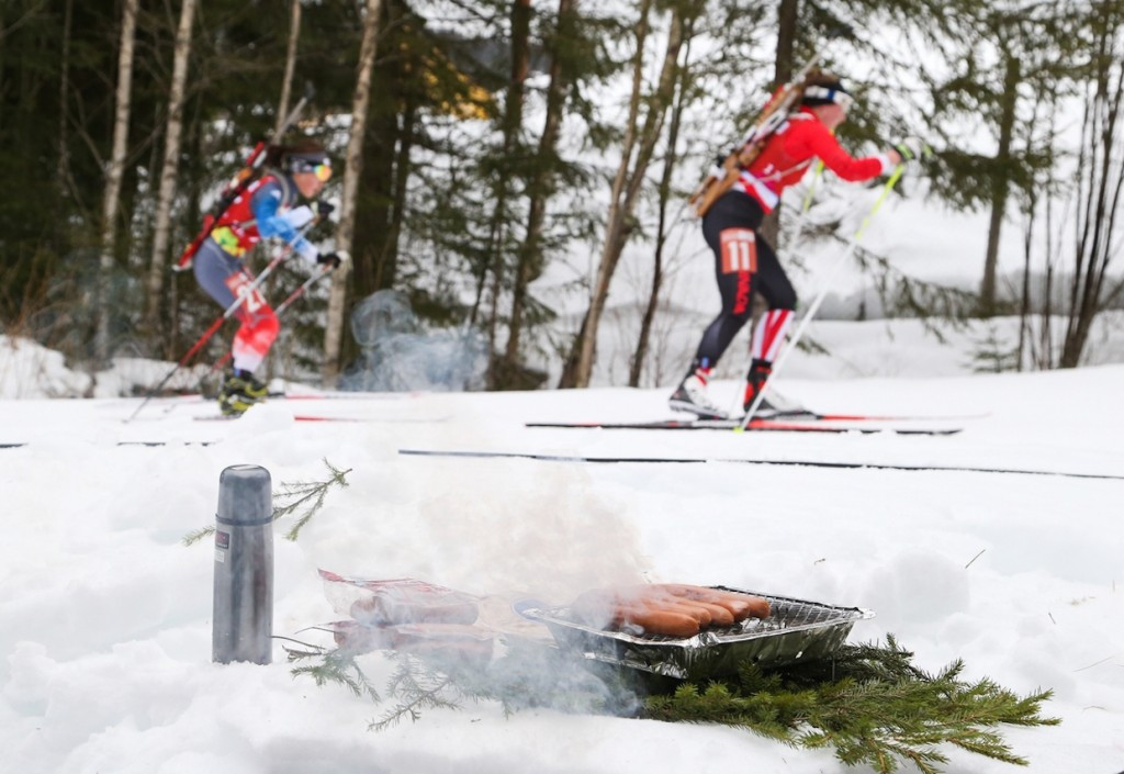 A barbecue in the cold as biathletes ski past during today's relay ©Lillehammer 2016