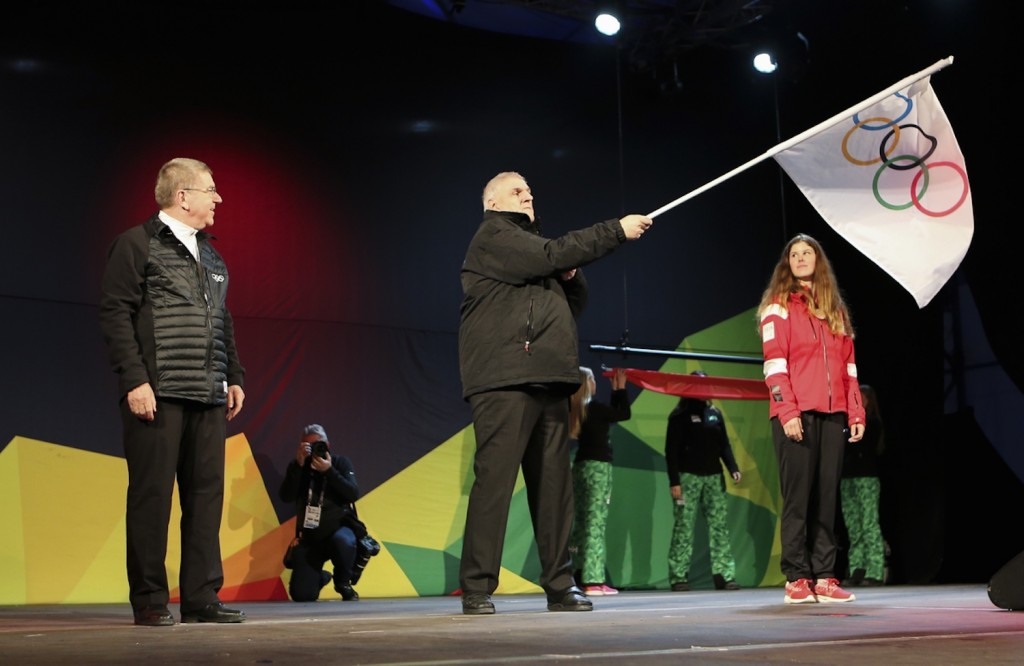 Lausanne Mayor Daniel Brelaz accepted the flag from Lillehammer ©IOC/Flickr