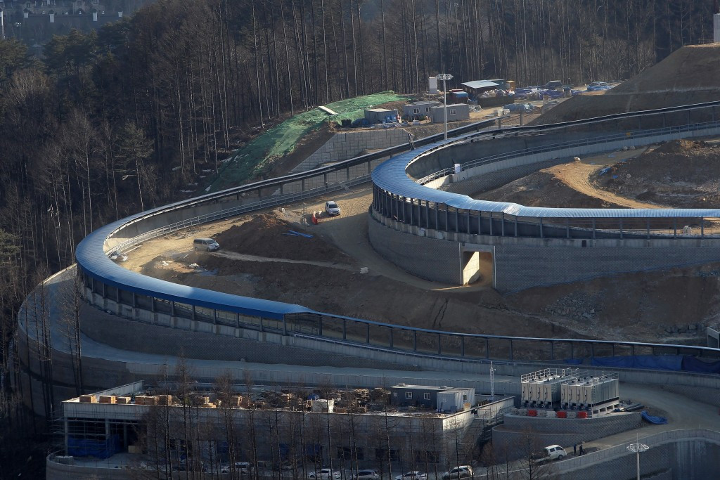 A lack of ice on the upper section of the course at the Alpensia Sliding Centre remains a key issue for organisers