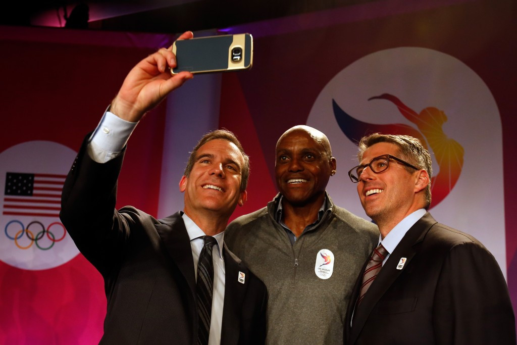 Carl Lewis flanked by Los Angeles Mayor Eric Garcetti (left) and bid leader Casey Wasserman ©Getty Images