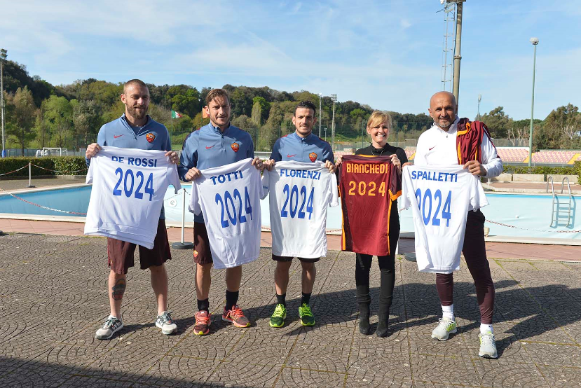 Roma players and coach Luciano Spalletti (right) pose with Rome 2024 football shirts ©Rome 2024