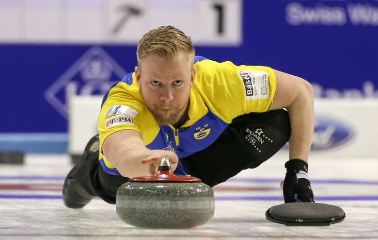 Niklas Edin delivers a stone during Sweden's successful start ©WCF/Richard Gray