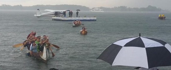The Flame is paddled to shore despite the rain in Toronto ©Twitter