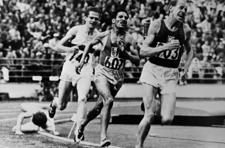 Emil Zatopek, in classic agonised fashion, closes in on the Olympic 5000m title at the 1952 Olympics as Britain's Chris Chataway trips on the final bend ©Getty Images