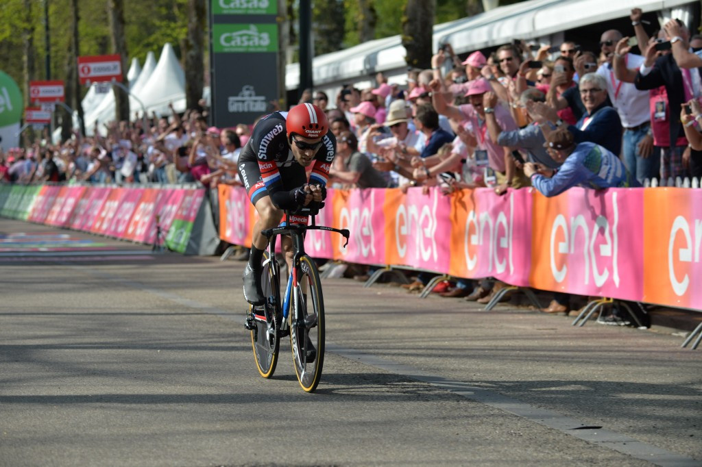 Dumoulin earns narrow time trial victory to claim first Maglia Rosa of 2016 Giro d'Italia