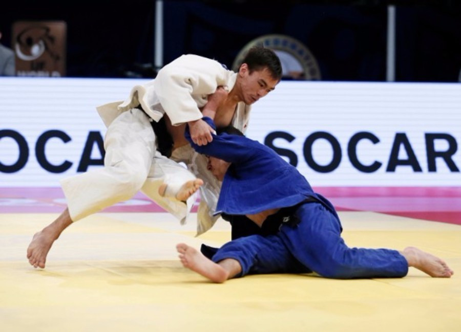 Elios Manzi of Italy (right) claimed a surprise under 60kg title ©IJF
