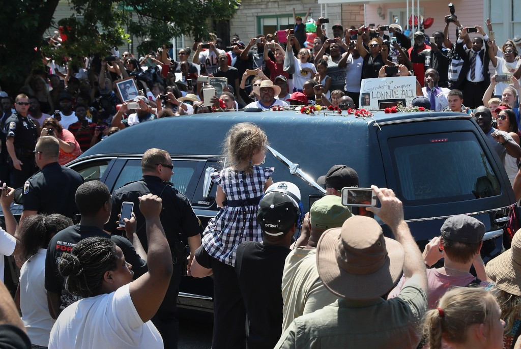 Thousands pay tribute to boxing legend Muhammad Ali during funeral procession