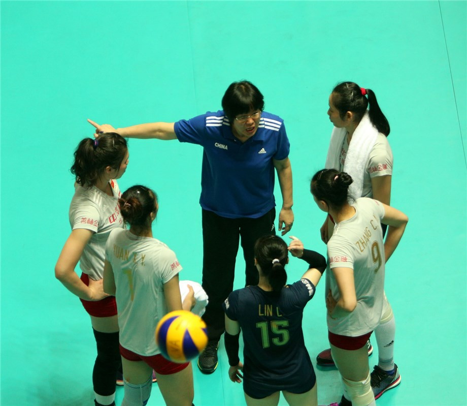 China receive instruction during their win over the US ©FIVB