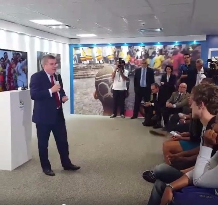 Thomas Bach met local students as well as the President during his visit to Rio today ©IOC/Twitter