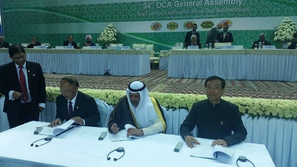 Chinese officials signing their contract for the Asian Games last year alongside OCA President Sheikh Ahmad Al-Fahad Al-Sabah ©ITG