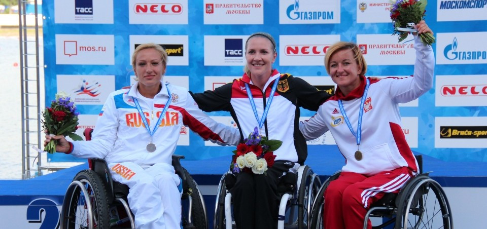 Edina Mueller (centre) celebrates her KL1 200m title ©ICF