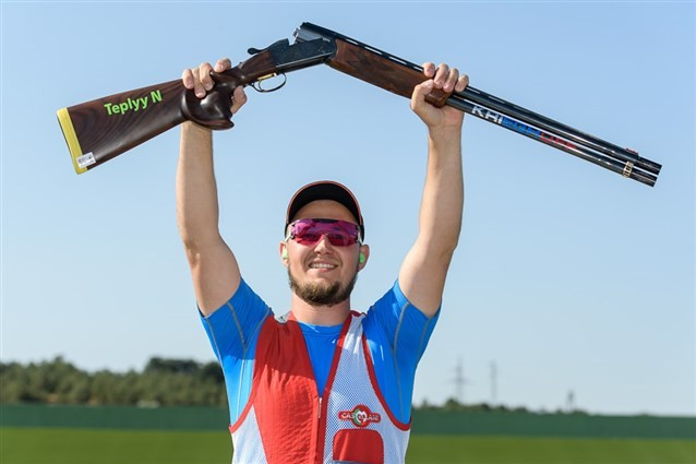 Nikolay Teplyy secured a tight victory over Egypt's Azmy Mehelba in the skeet final ©ISSF
