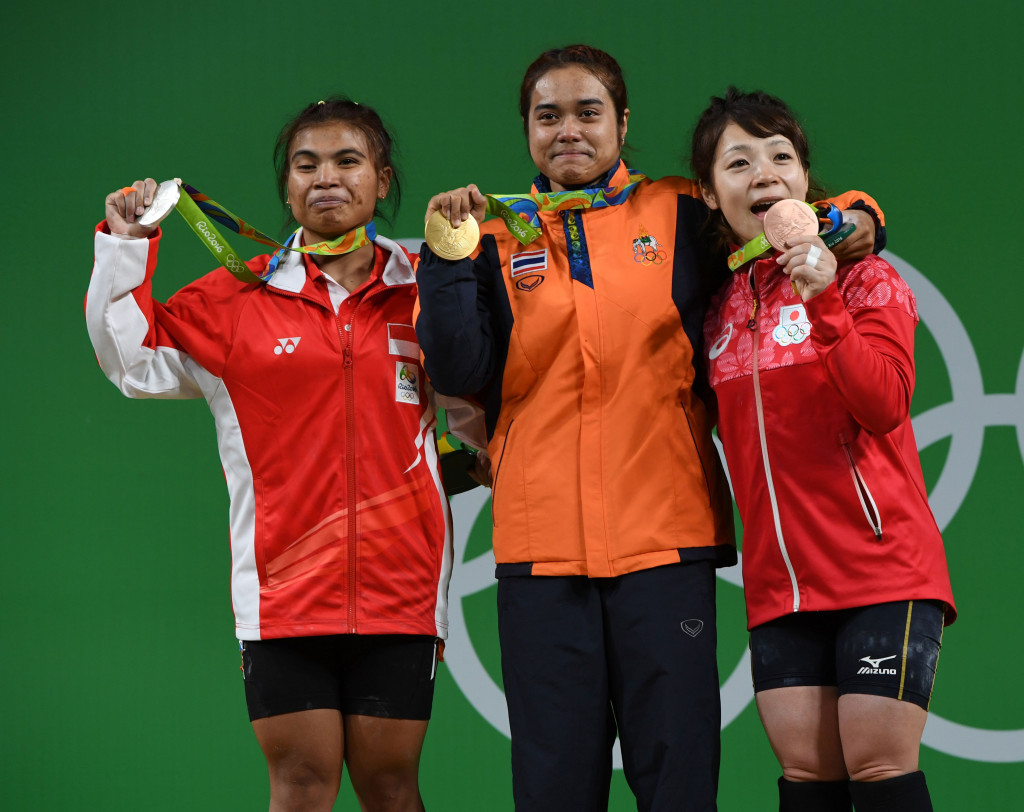 Thailand's Supita Tanasan celebrates 48kg weightlifting gold with silver medallist Sri Wahyuni Agustiani (left0 and bronze medallist Hiromi Miyake ©Getty Images