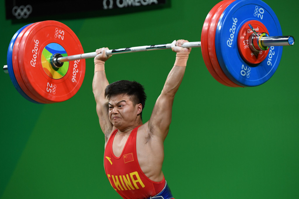 Long Qingquan regains the Olympic 56kg weightlifting title with a world record total of 307kg ©Getty Images