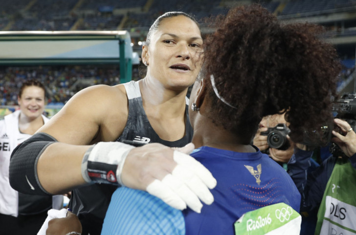 Valerie Adams embraces Michelle Carter, whose final effort of 19.63 metres has won her the shot put title ©Getty Images