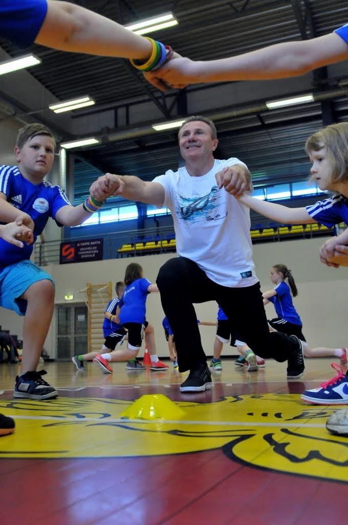 Sergey Bubka pictured training young athletes in Latvian capital Riga ©Sergey Bubka