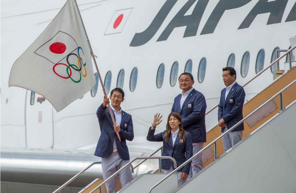 Decathlete Keisuke Ushiro waves a Japanese Olympic Committee flag ©Tokyo 2020