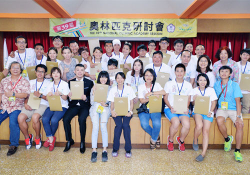 Patricipants at the National Olympic Academy were presented with certificates ©CTOC/OCA