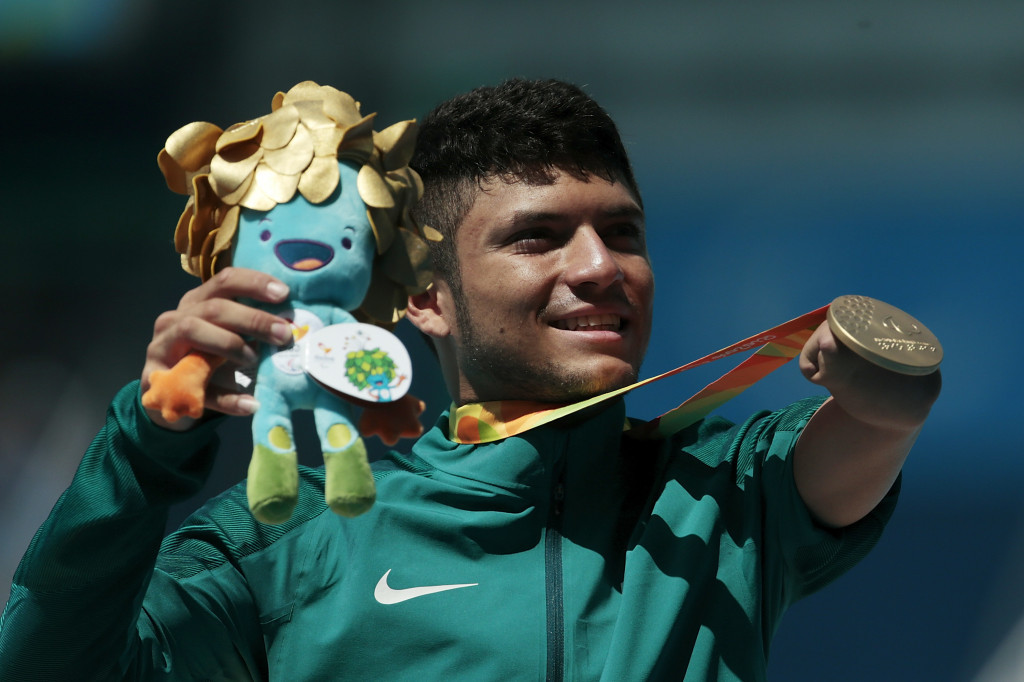 Ferreira dos Santos produces late surge to win men's T47 100m gold in front of home Rio 2016 crowd