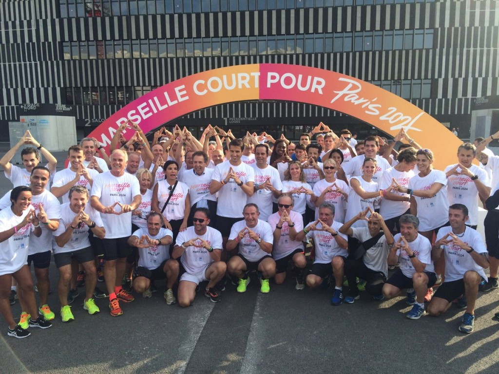 Paris 2024 officials pose with athletes and members of the public following a 2,024m run ©Paris 2024/Twitter