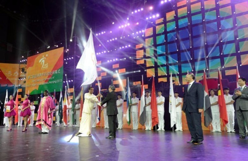 Sri Lankan officials received the flag for the Asian Youth Games at a special handing over ceremony at the end of the last event in Nanjing in 2013 - before being stripped of the event last year ©OCA