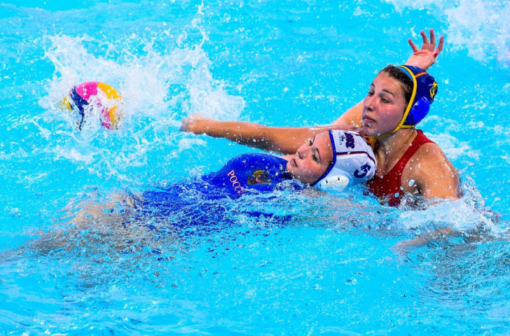 Russia's Polina Kempf vies for the ball with Spain's Carmen Baringo Romero in the women's waterpolo final ©Getty Images