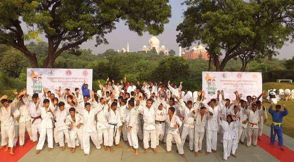 Fifth IJF educational tour begins in front of Taj Mahal