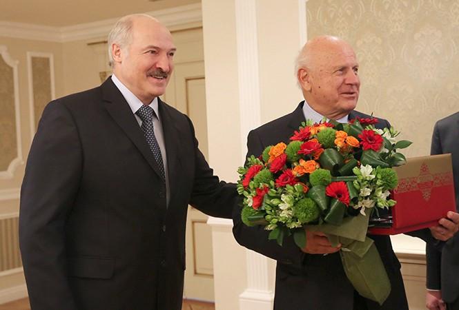 Belarus President Alexander Lukashenko, left, met with EOC acting President Janez Kocijančič, right, to tell them they wanted to host the 2019 European Games in Minsk ©President of Belarus