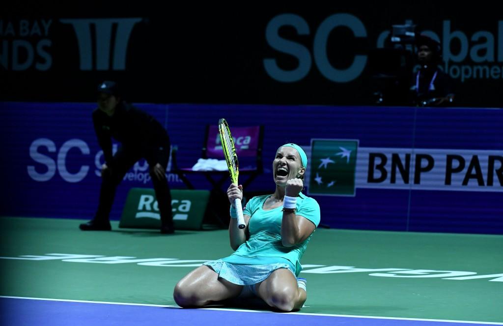 Watch Svetlana Kuznetsova give herself an on-court haircut at WTA Finals