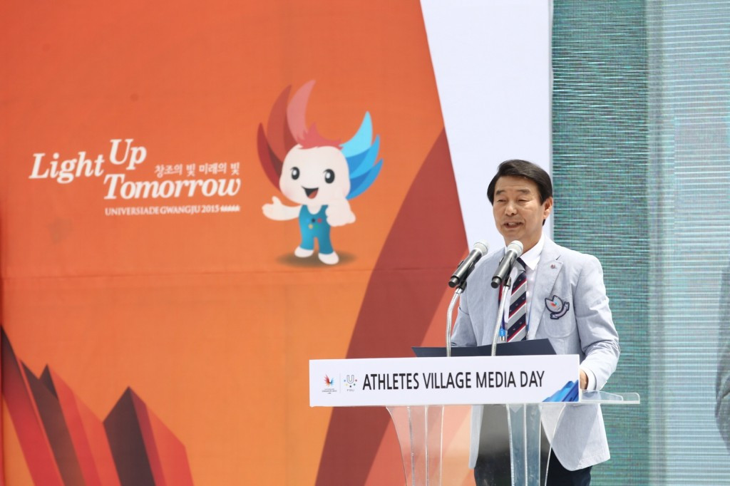 Journalists were welcomed by Athletes' Village Mayor Lim Duck-ho