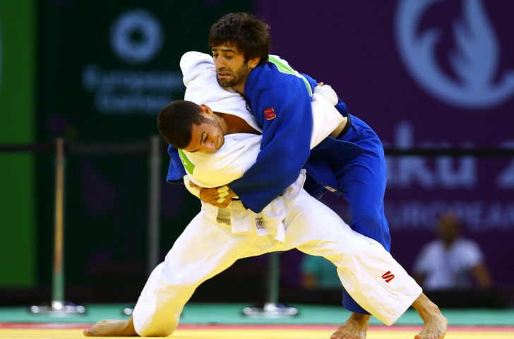 Russia's Beslan Mudarov (in blue) en route to an astonishing defence of his European -60kg title through a late ippon against Azerbaijan's Orkhan Safarov