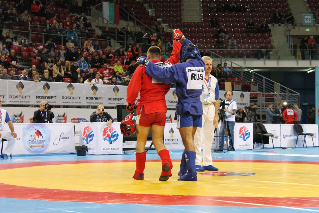 Raymond Magomedaliev (blue) overcame Maksym Ryndovskyi of Ukraine to claim gold in the men's combat sambo 82kg competition ©FIAS