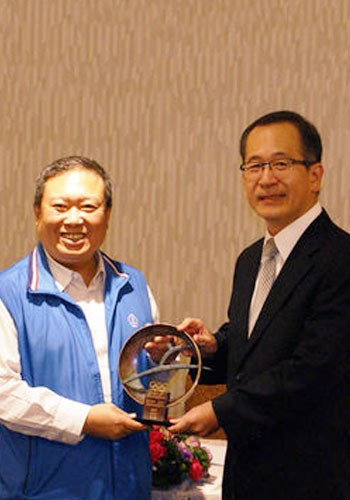 The President of the Chinese Taipei Olympic Committee has awarded the International Olympic Committee's Sport and Innovation Trophy to the country's Agency of Corrections and Ministry of Justice ©CTOC