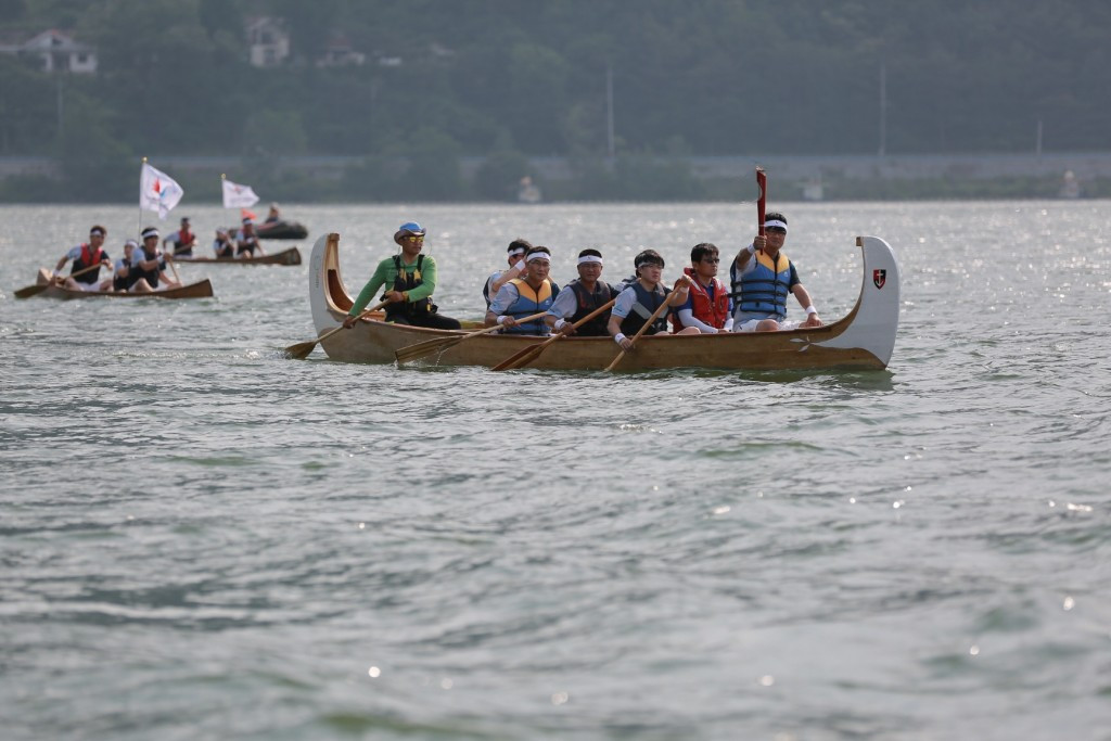 The Universiade flame was carried through Lake Tangeum in Chungju ©Gwangju 2015