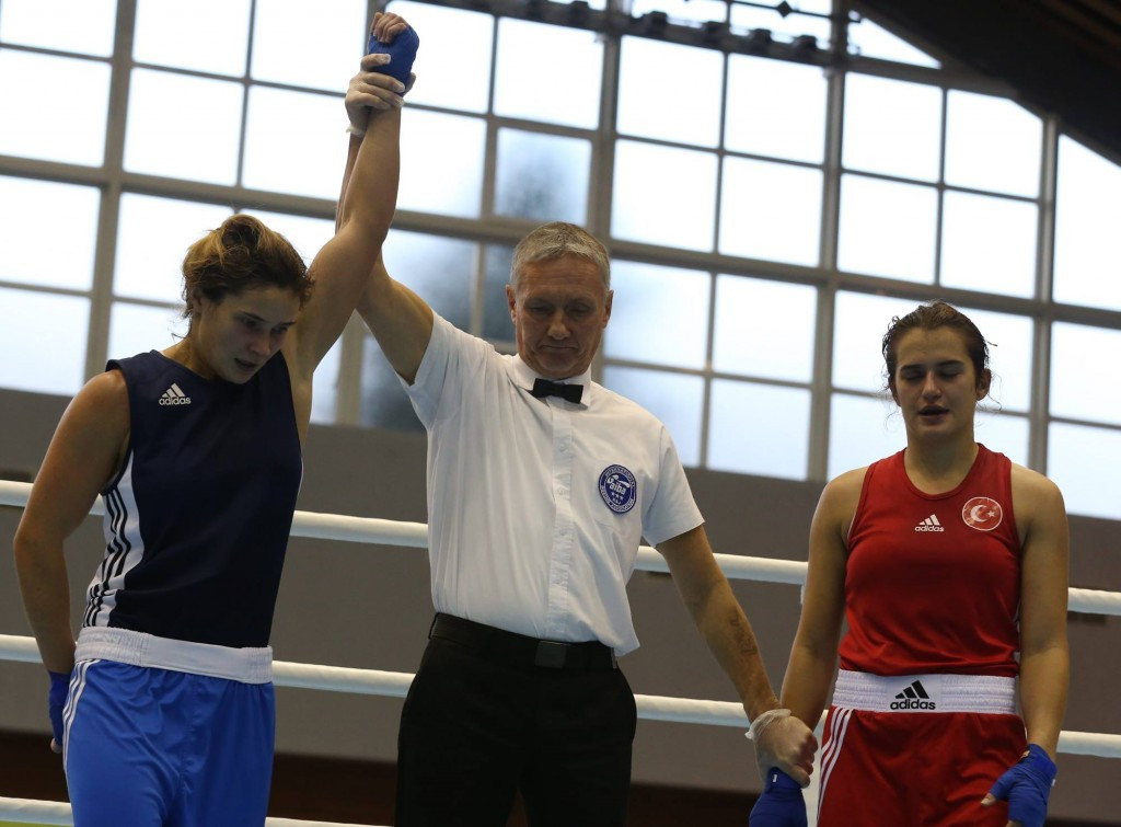 Bulgaria's Denitsa Eliseeva (left) claimed home gold at the European Boxing Championships ©Twitter/GB Boxing